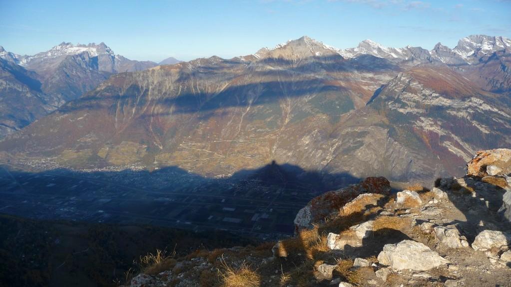 der Schatten des Pierre Avoi im Tal