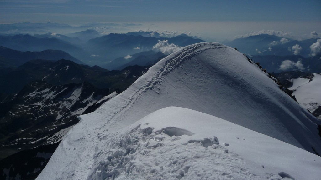 Gipfelgrat und Blick nach Süden (Tessin)