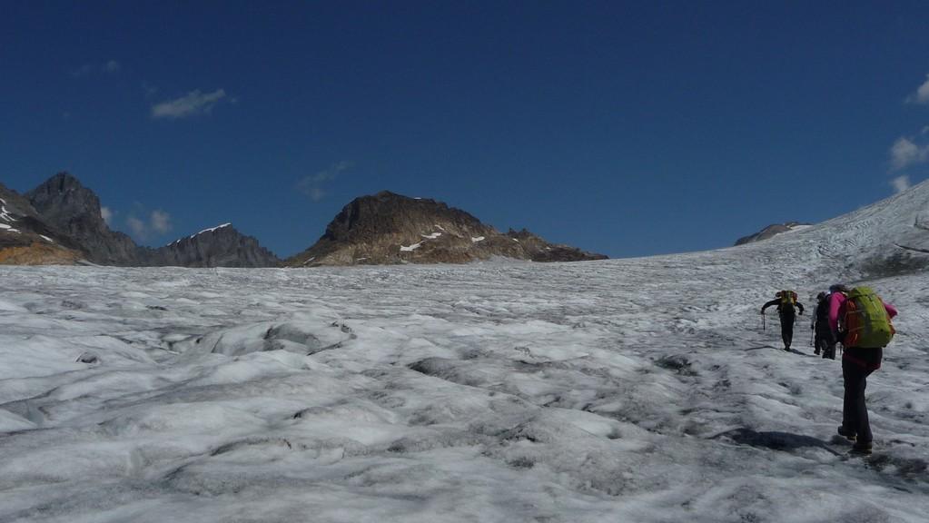 das Mutthorn taucht aus dem Gletschermeer auf....