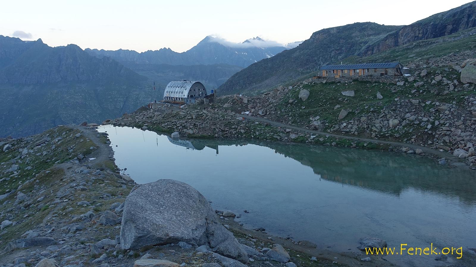 Blick von der Moräne zur Hütte