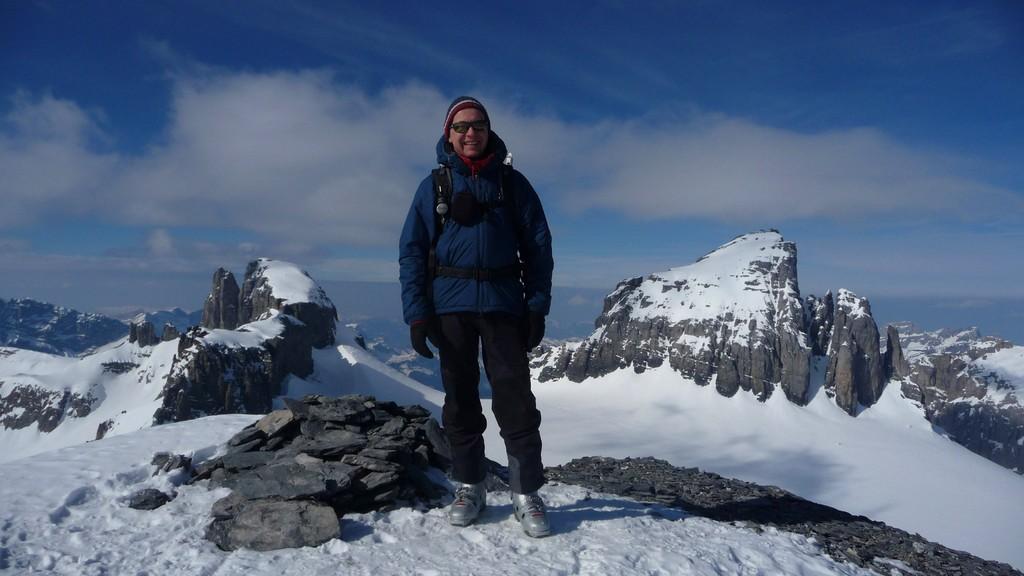 Fenek im Gipfelglück - im Hintergrund Gross Spannort