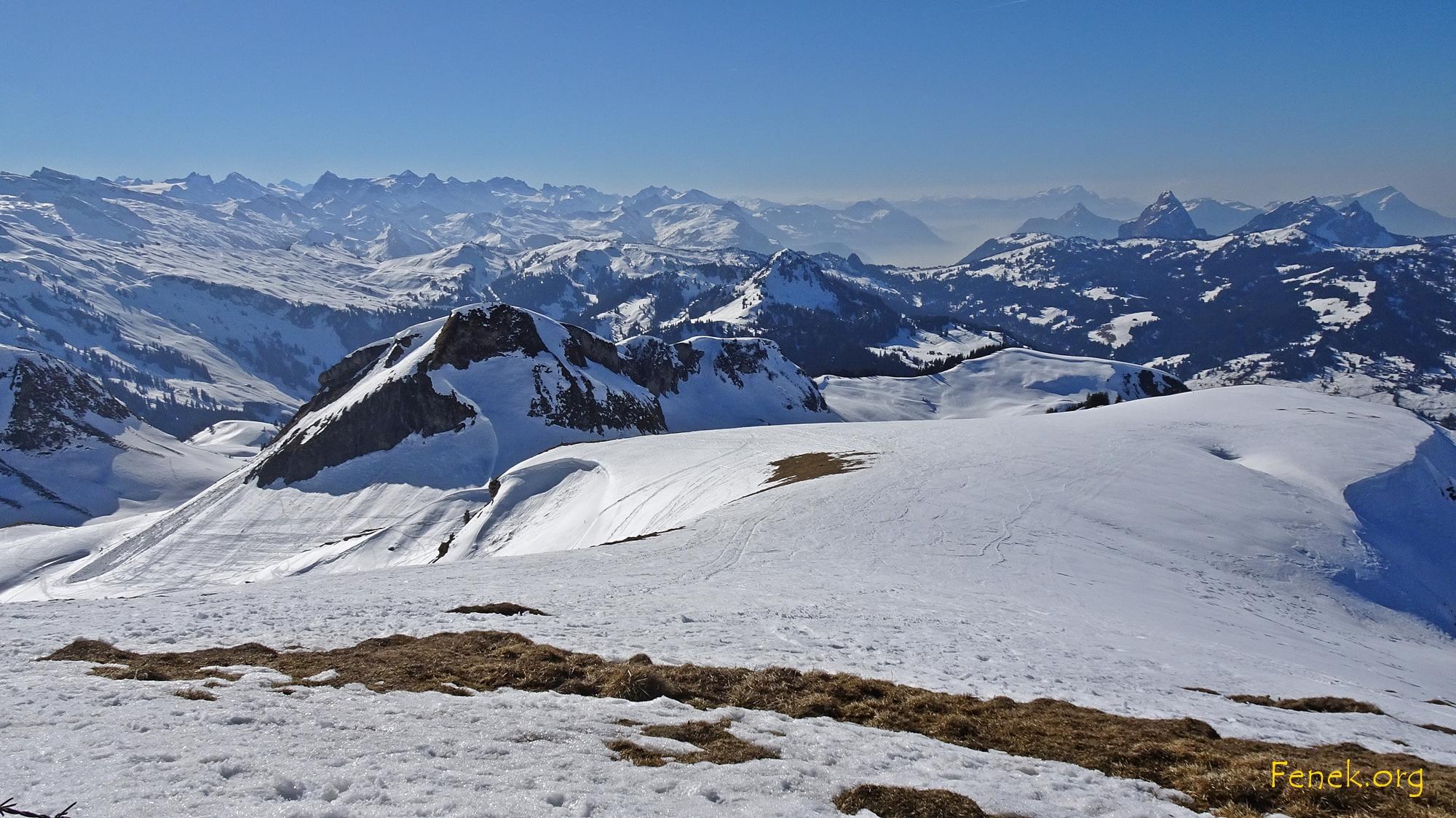 Vordergrund Fidisberg - und viele, viele Gipfel