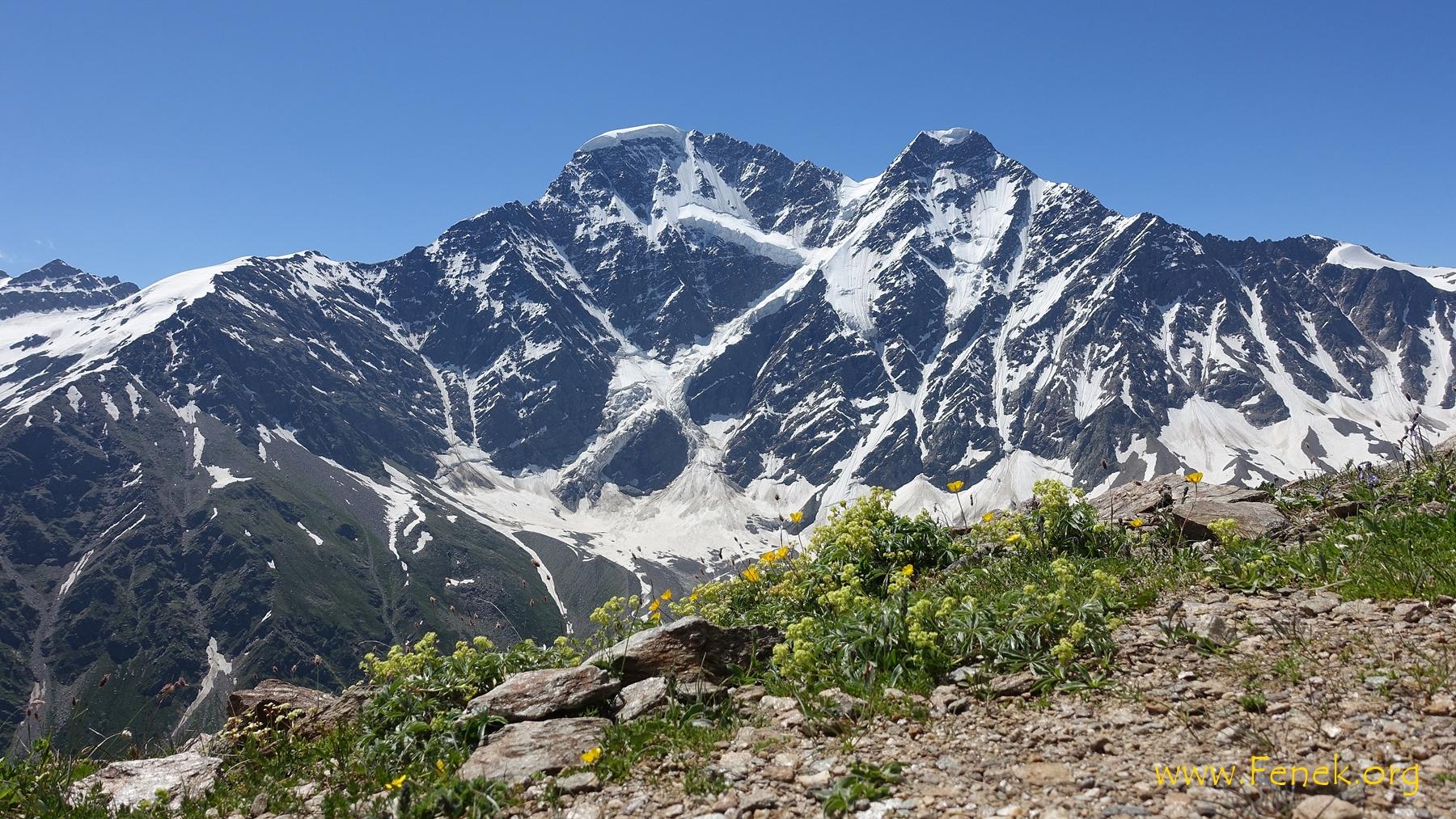 zwei Viertausender über dem Tal. Links Donguzorun, 4'454m, rechts Nakratau, 4'269m