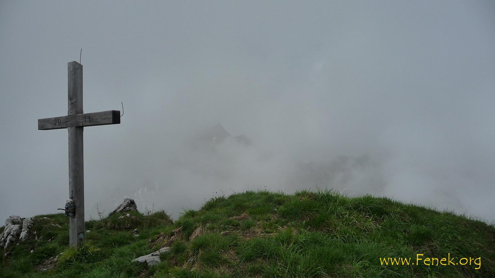 Gipfelkreuz und schemenhaft Chörblispitz
