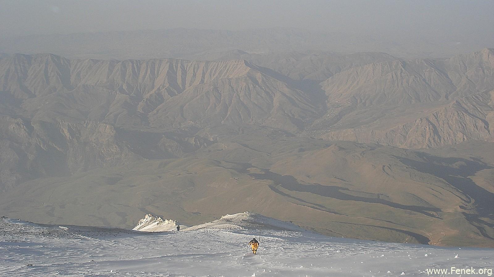 Tiefblick kurz unter dem Gipfel