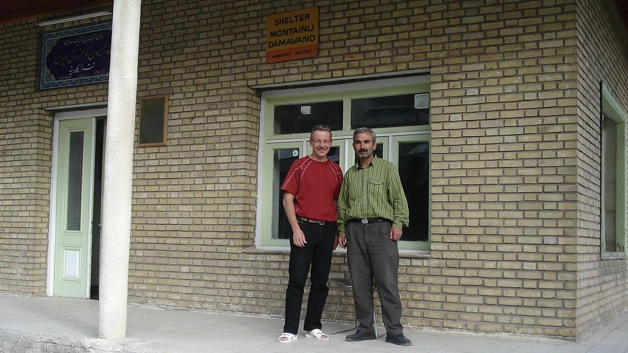 """das """"Bergsteigerzentrum"""" auf 2'000m mit Reza, dem Hüttenwart"""