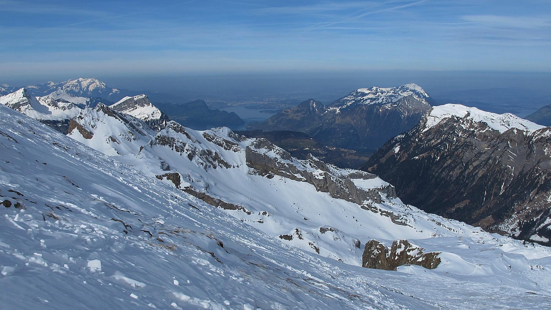 Blick vom Gipfelhang des Rossstocks Richtung Luzern