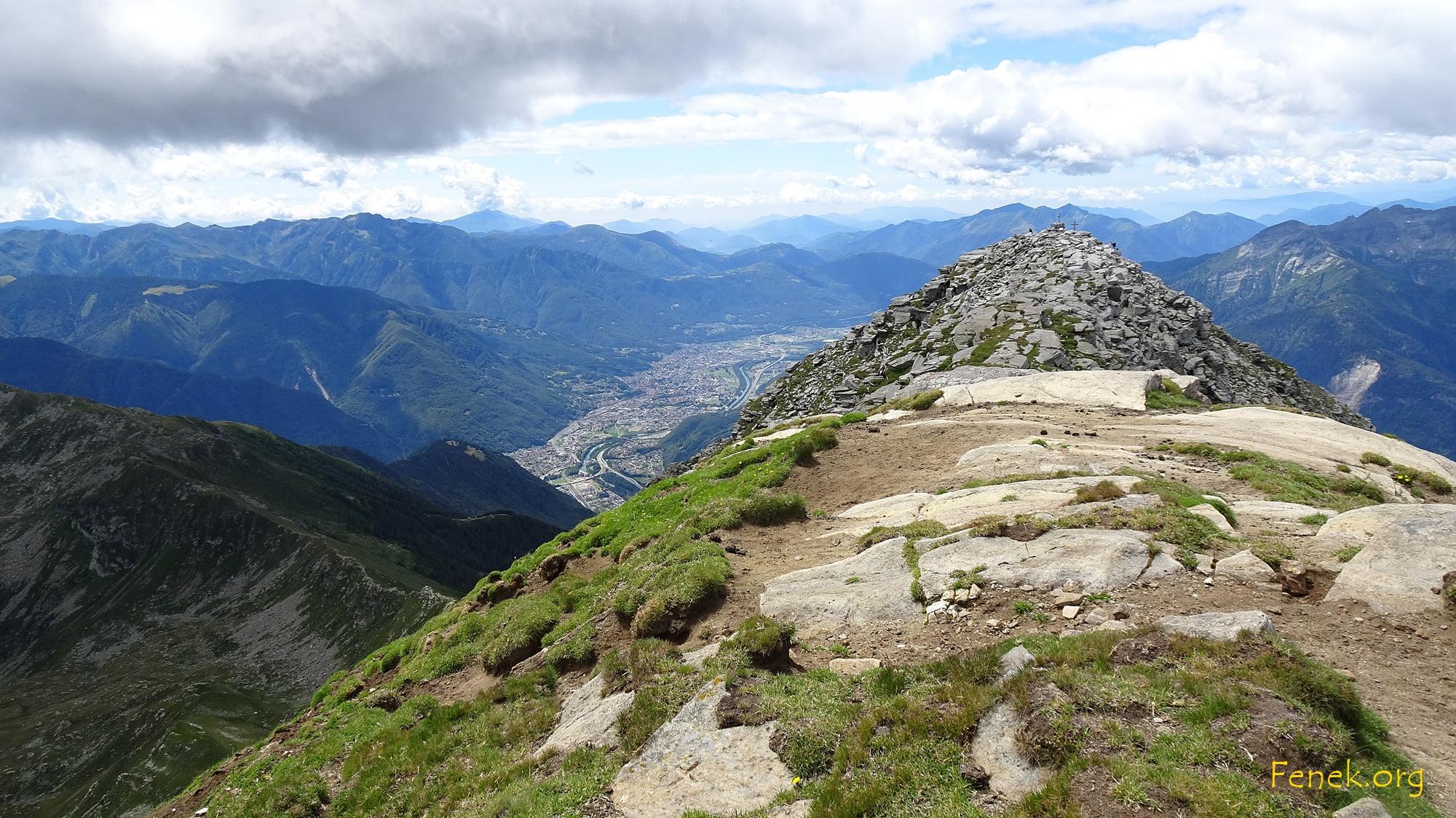 Gipfelkreuz vom höchsten Punkt aus gesehen
