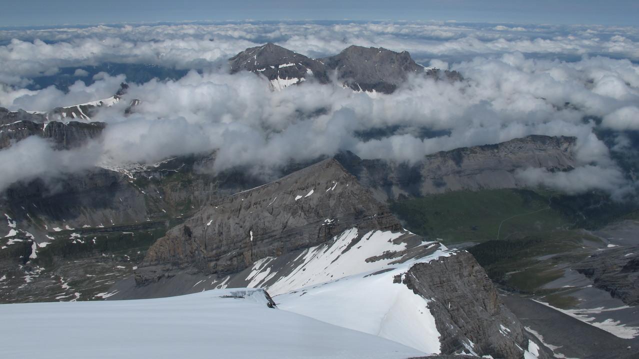im Abstieg am Gipfelhang - vorne das Klein Rinderhorn