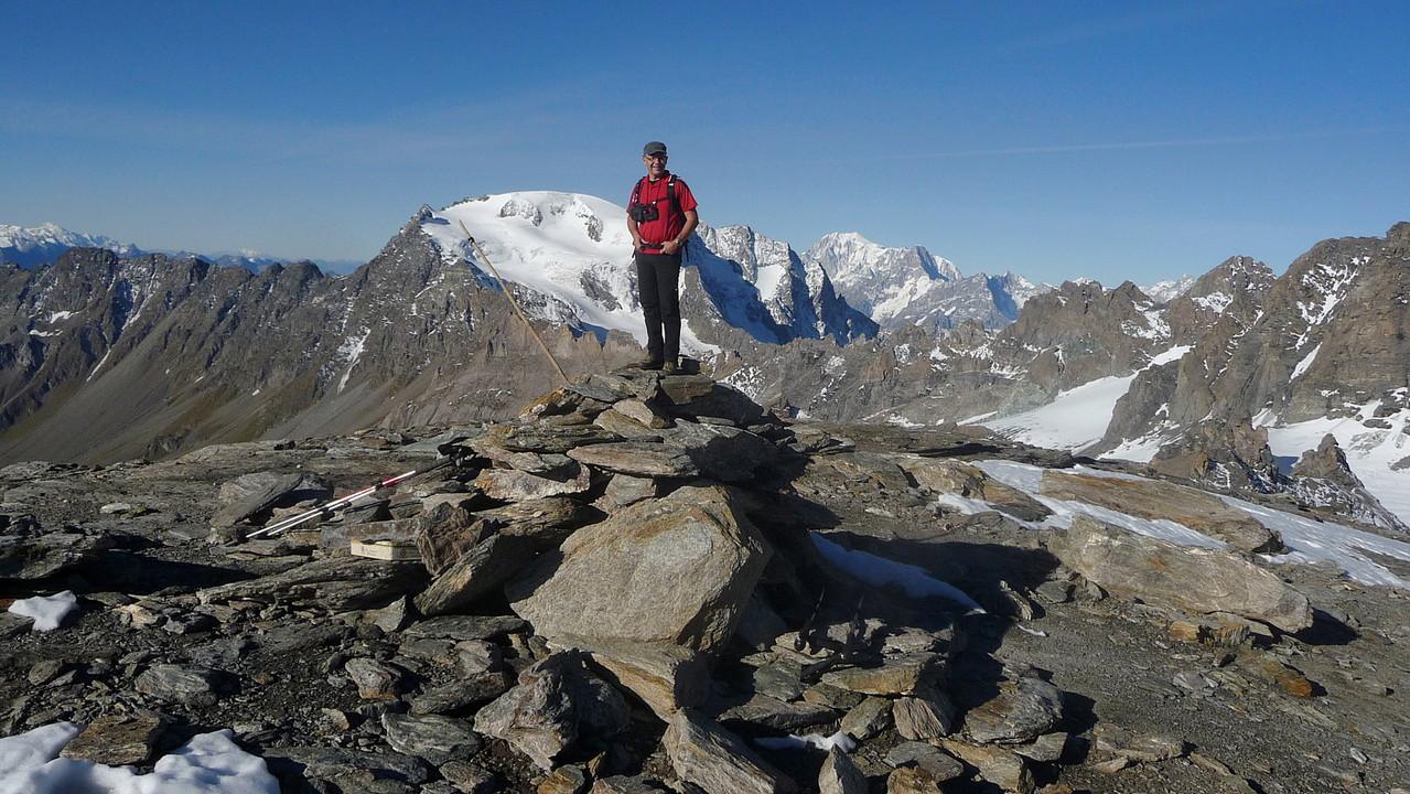 Gipfelglück....im Hintergrund Mont Velan und Montblanc