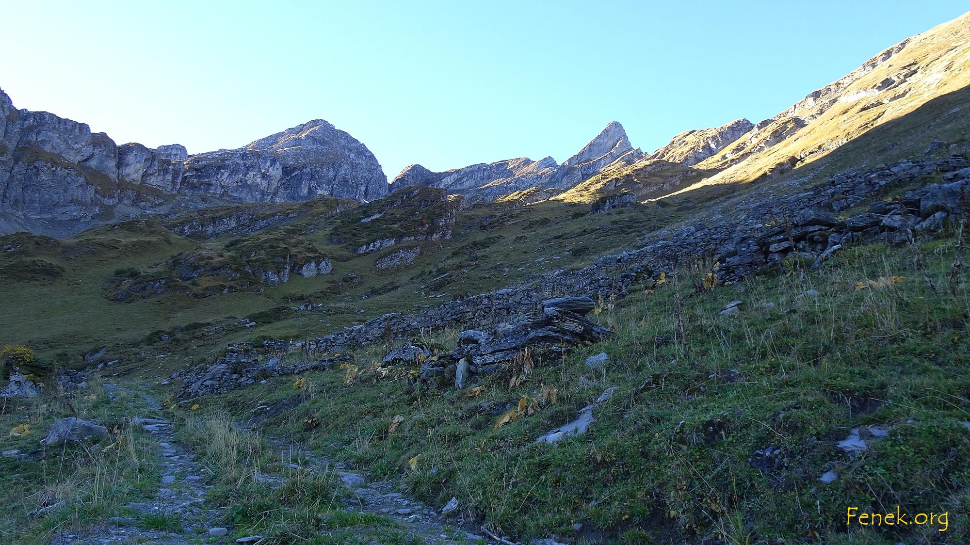 bei der Alp l'Audalle die Arena vor mir - links La Pare - ganz rechts l'Aiguille und in der Mitte uncheinbar Le Tarent