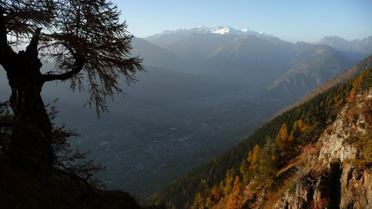 unten im Tal kommt die Sonne spät im Herbst