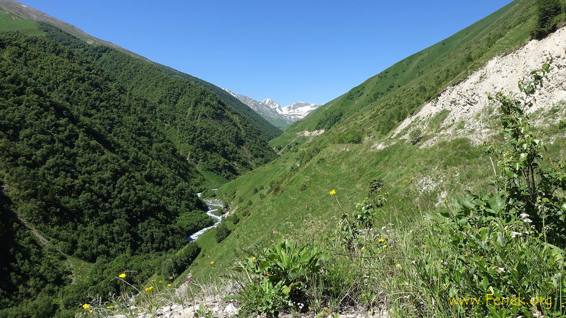 weiter hinauf und hinein in das Tal