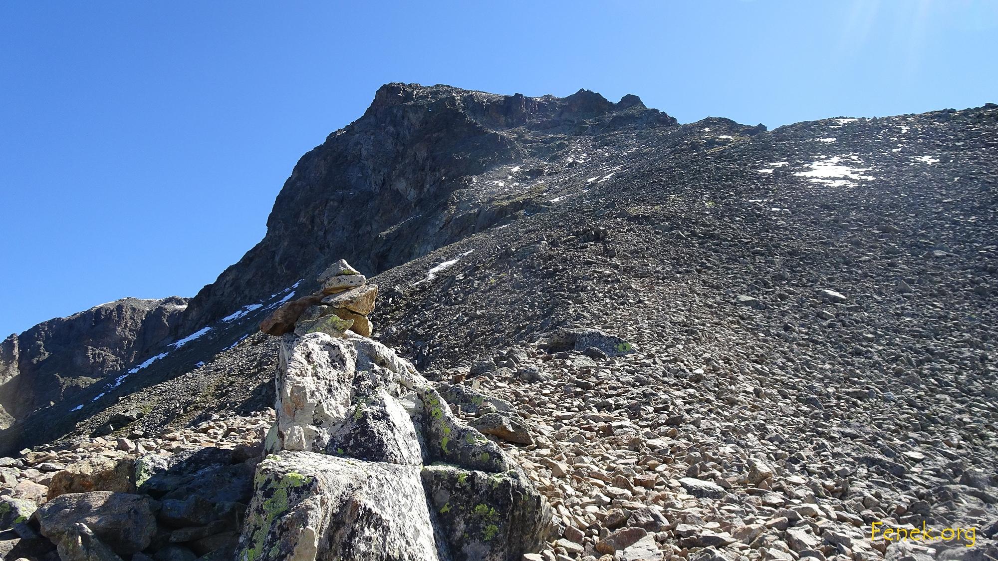 hier geht es hinauf - oben deutlich der Felsriegel