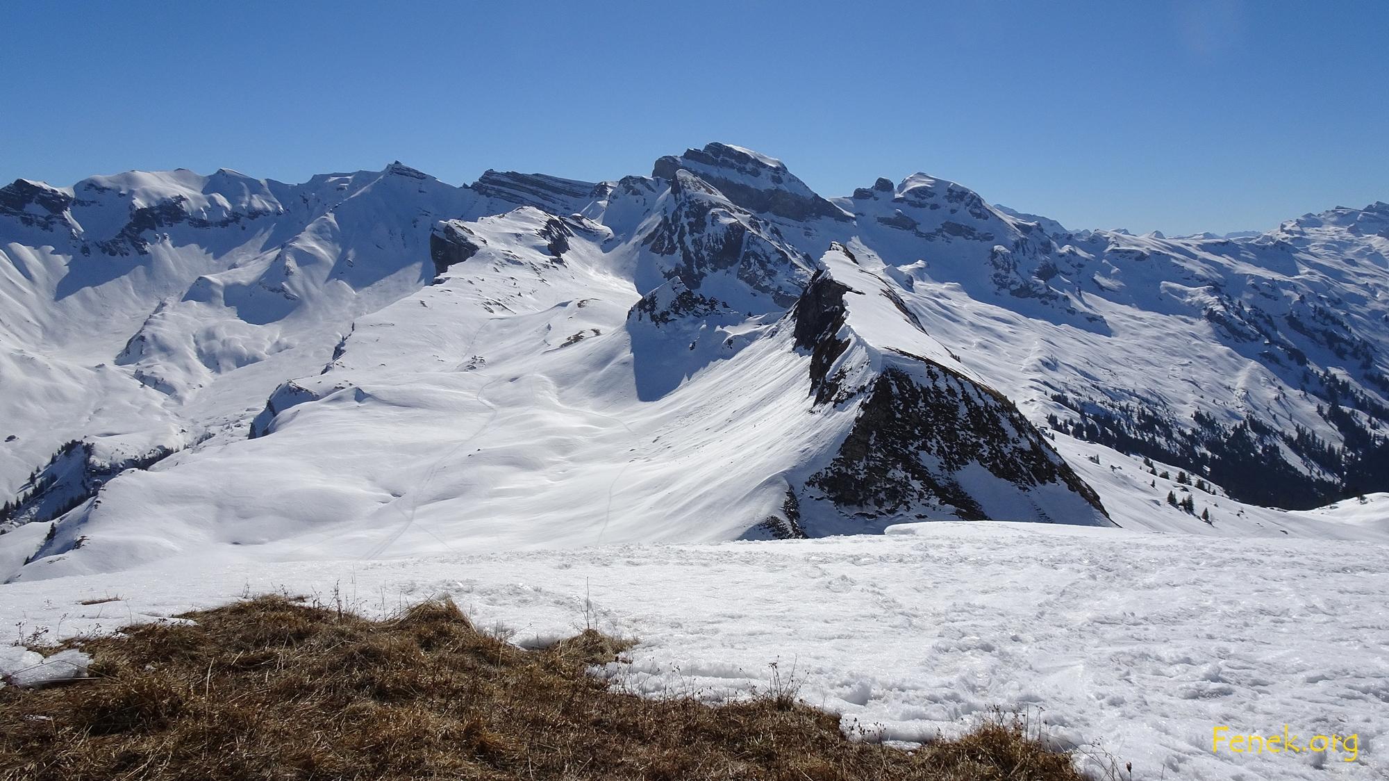 vom Fidisberg kann ich wieder Rütistein sehen und Drues- und Forstberg und viele weitere Gipfel