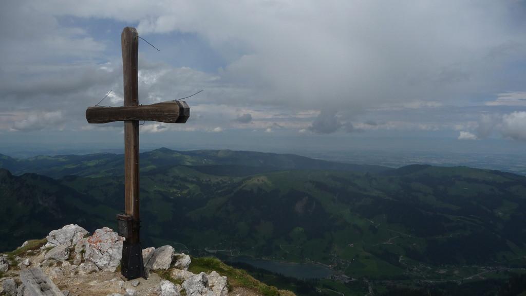 Gipfelkreuz und Schwarzsee