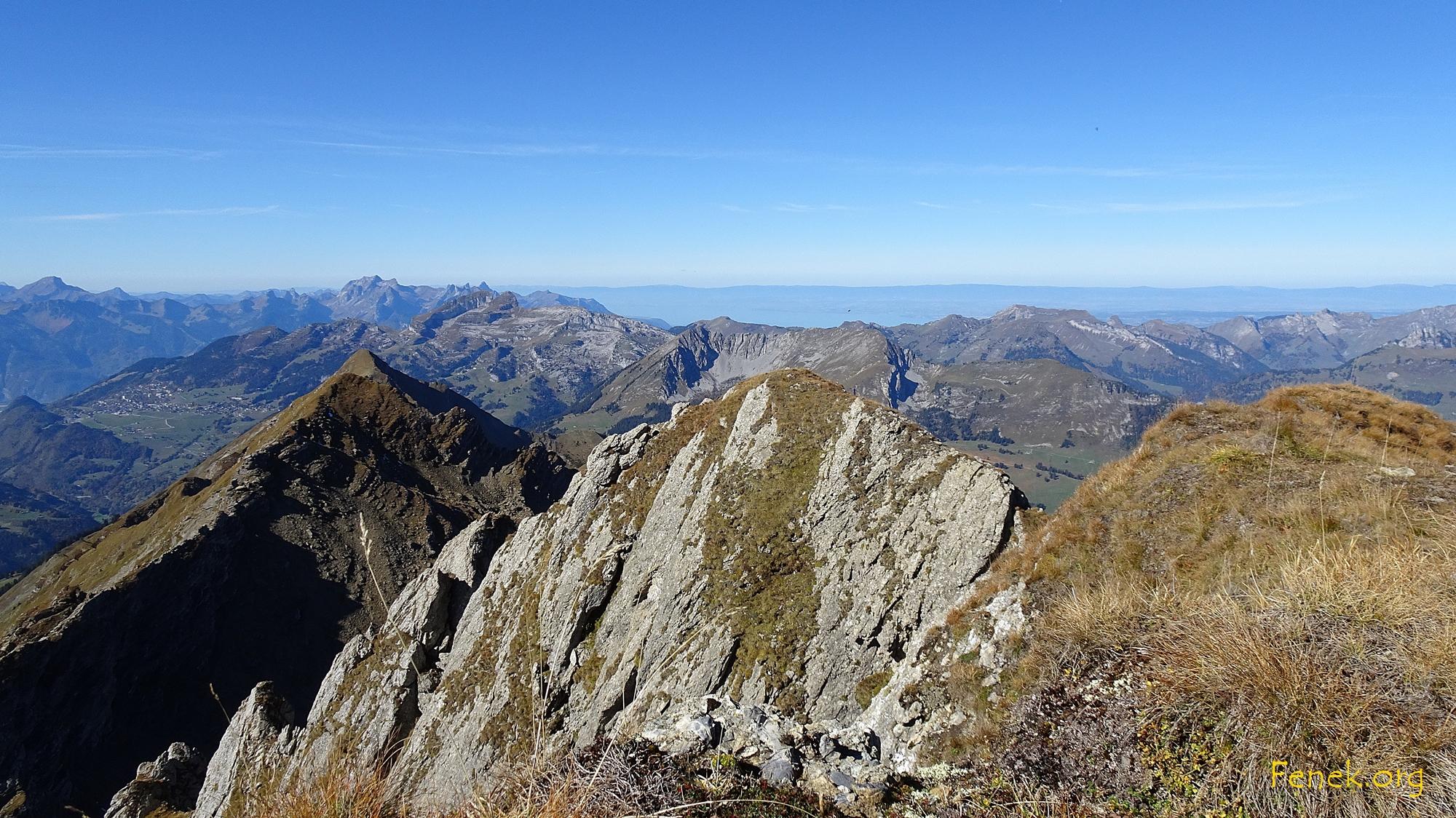 Gipfelaussicht ins Rhonetal, der Genfersee ist schwach erkennbar
