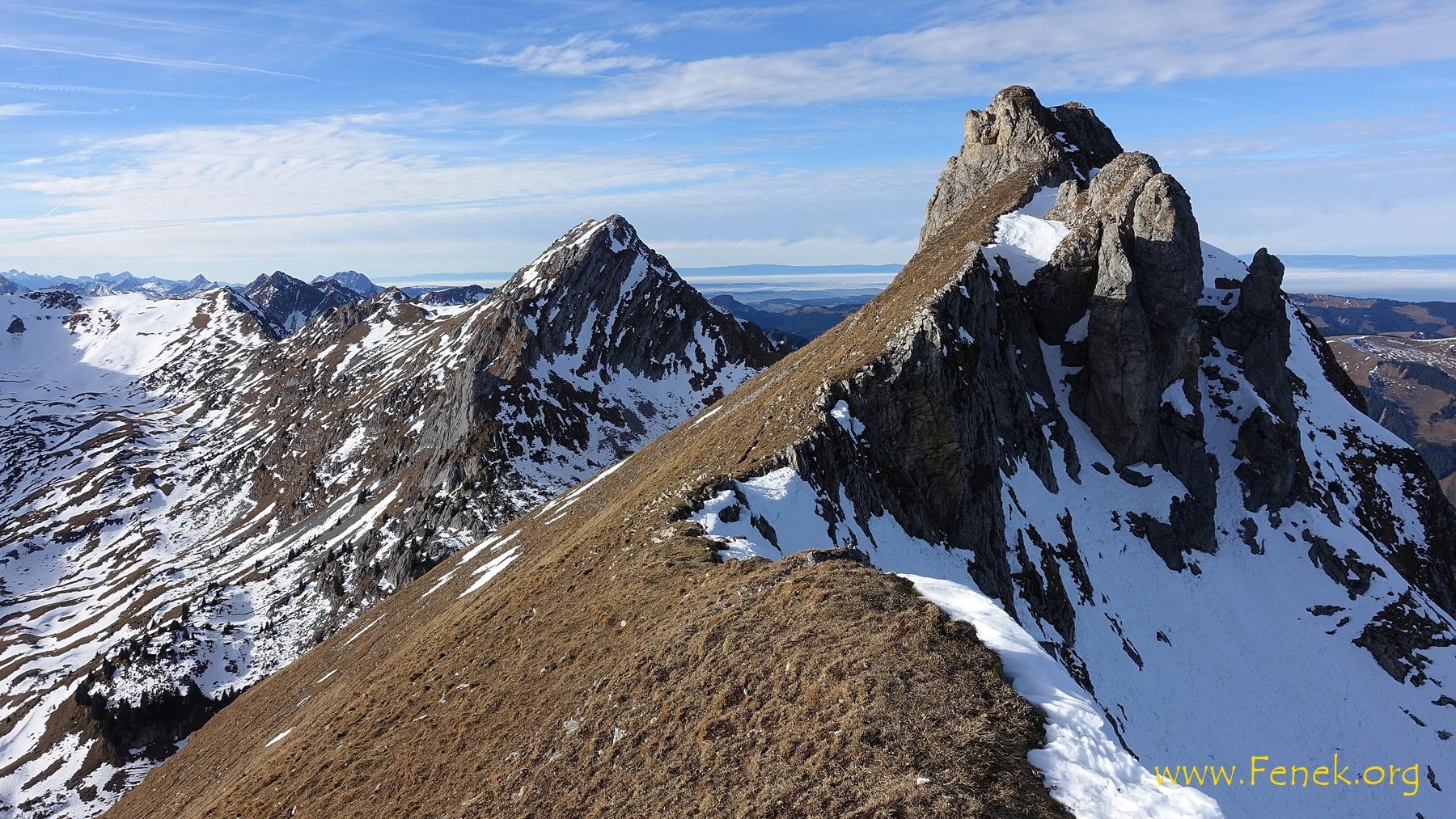 der Gipfel ist etwas rechts der Felsen sichtbar