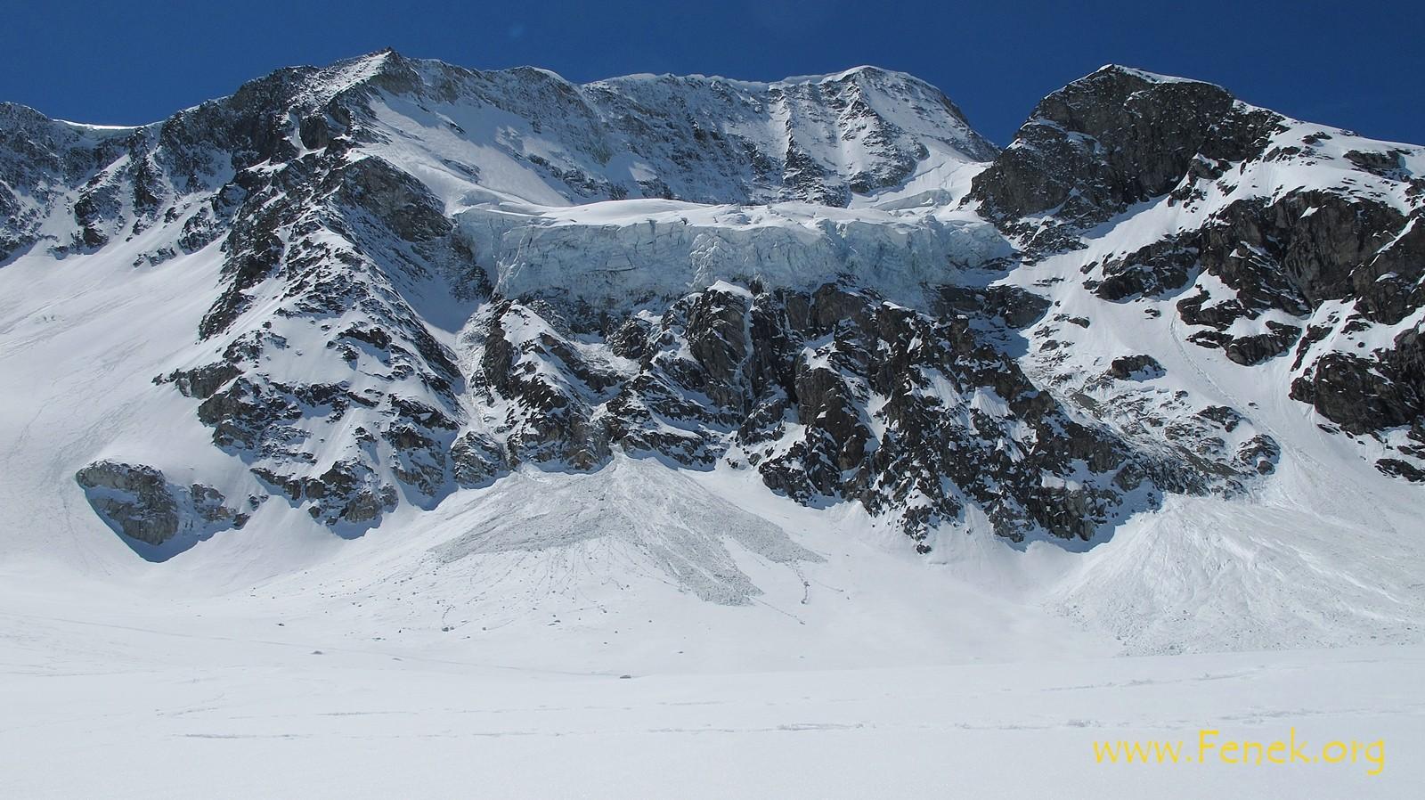 hoch über uns der Gipfel mit seinen Eisabbrüchen