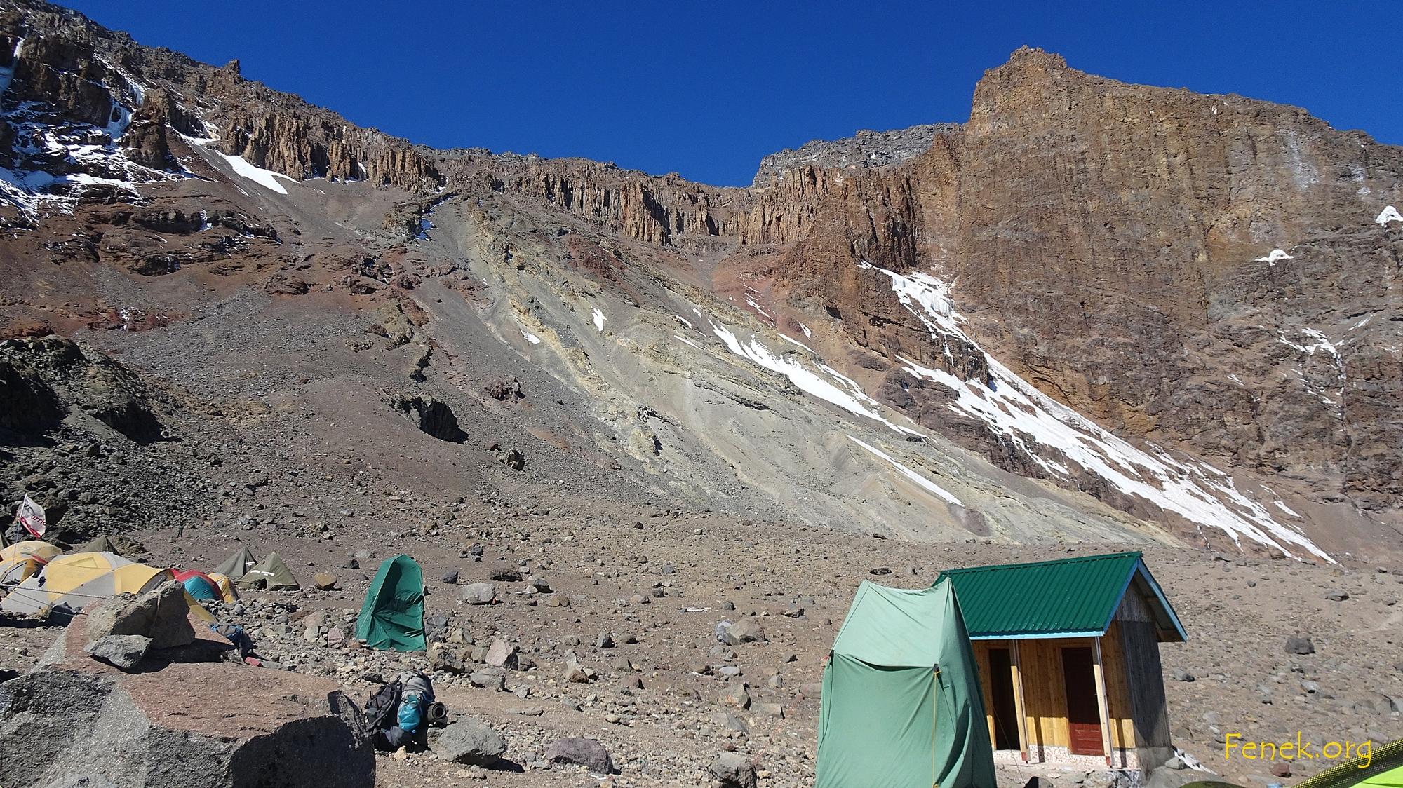Arrow Glacier Camp auf 4'900m - im Hintergrund Western Breach Wall