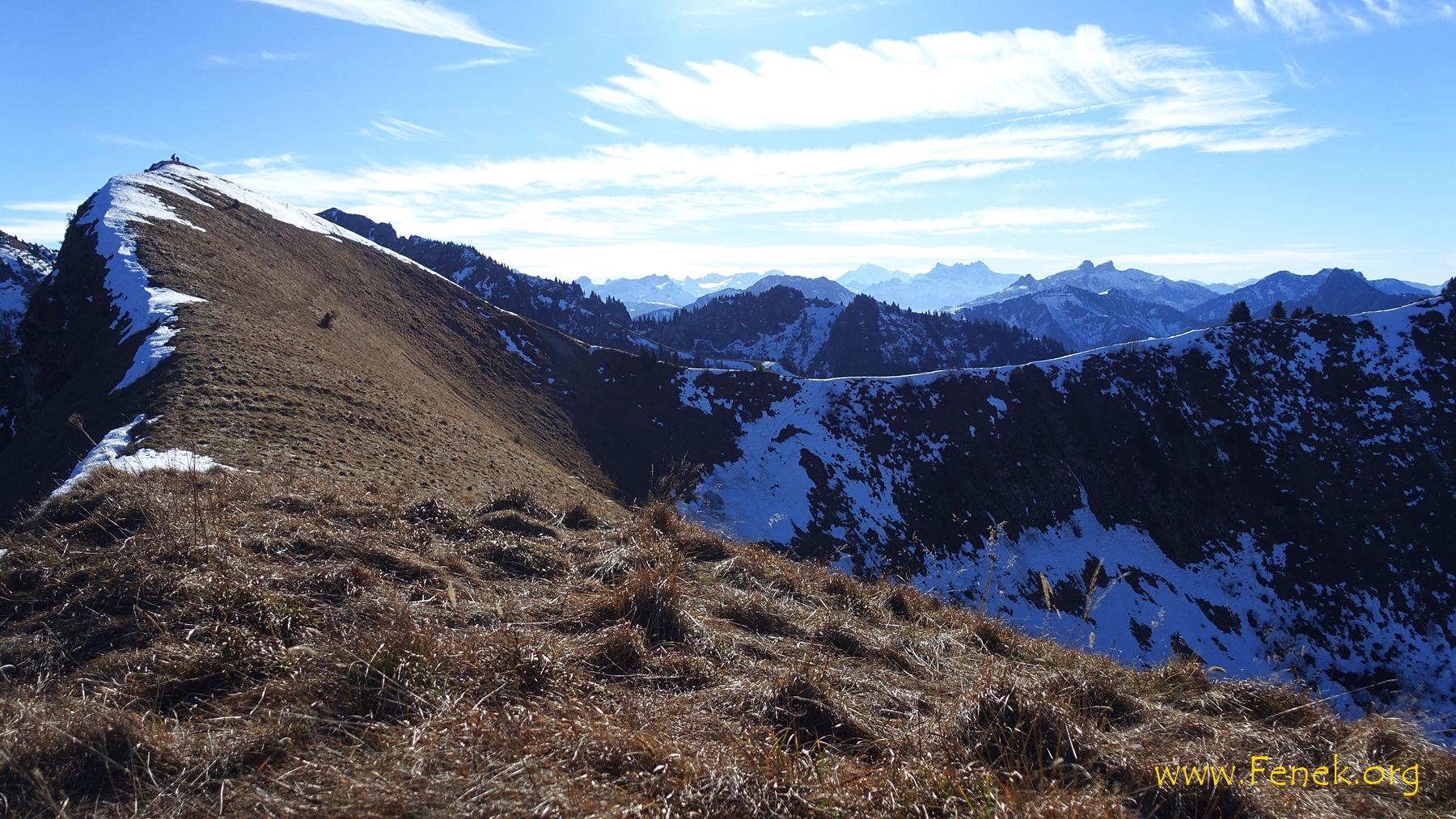 Blick zurück zum höchsten Punkt - rechts der Mitte der Mont Blanc am Horizont