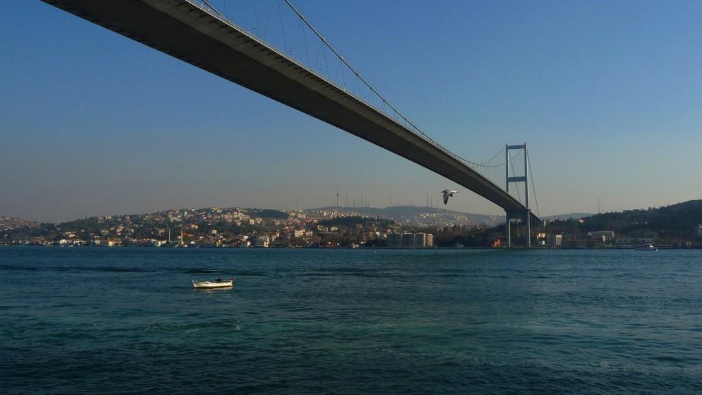Atatürk Brücke über den Bosporus