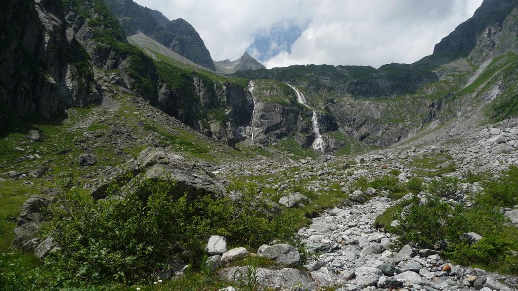 oben auf dem Plateau ist die Punteglias Hütte.....