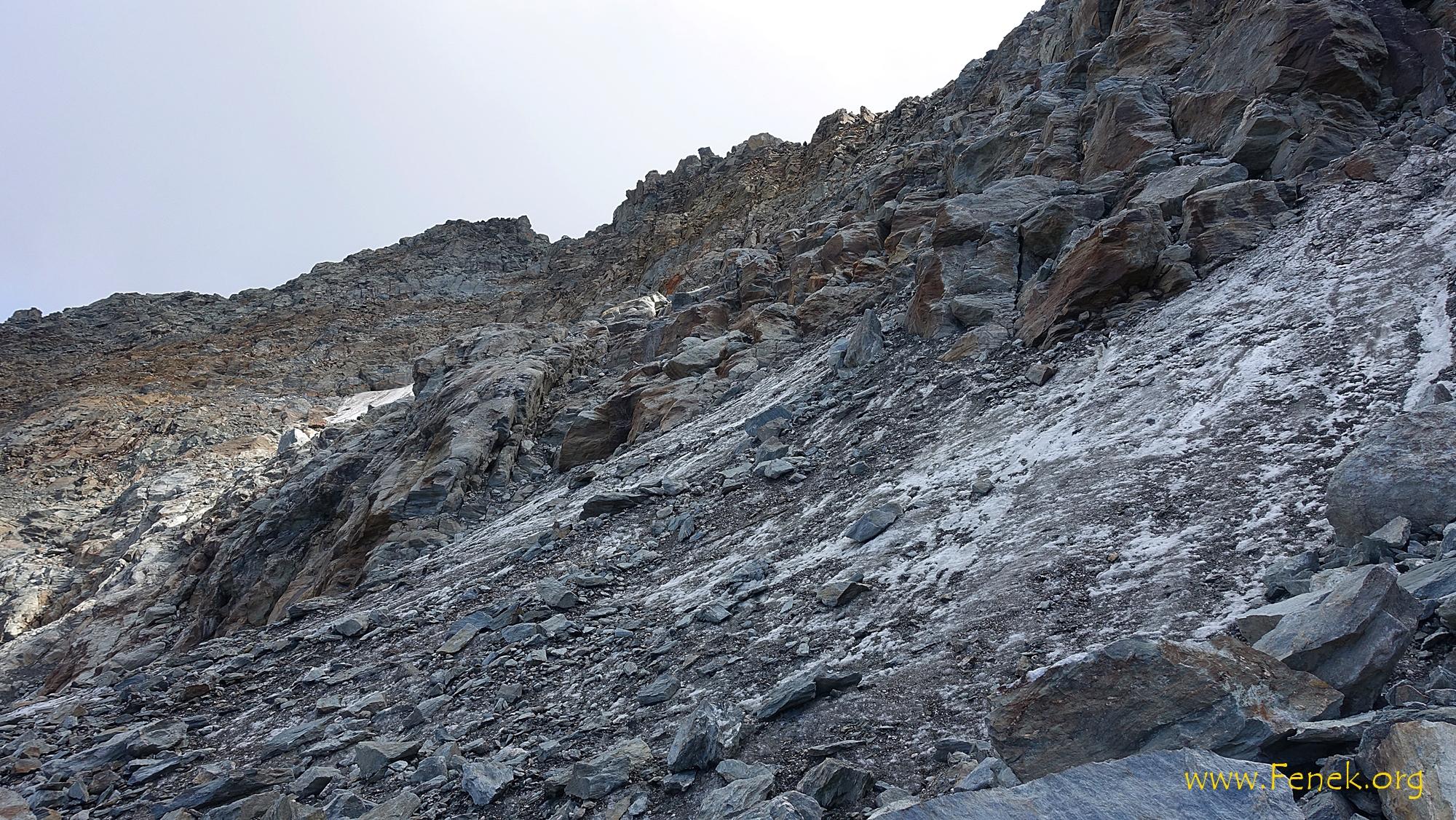 in der düsteren Nordflanke - links der Scharte ist der Gipfel