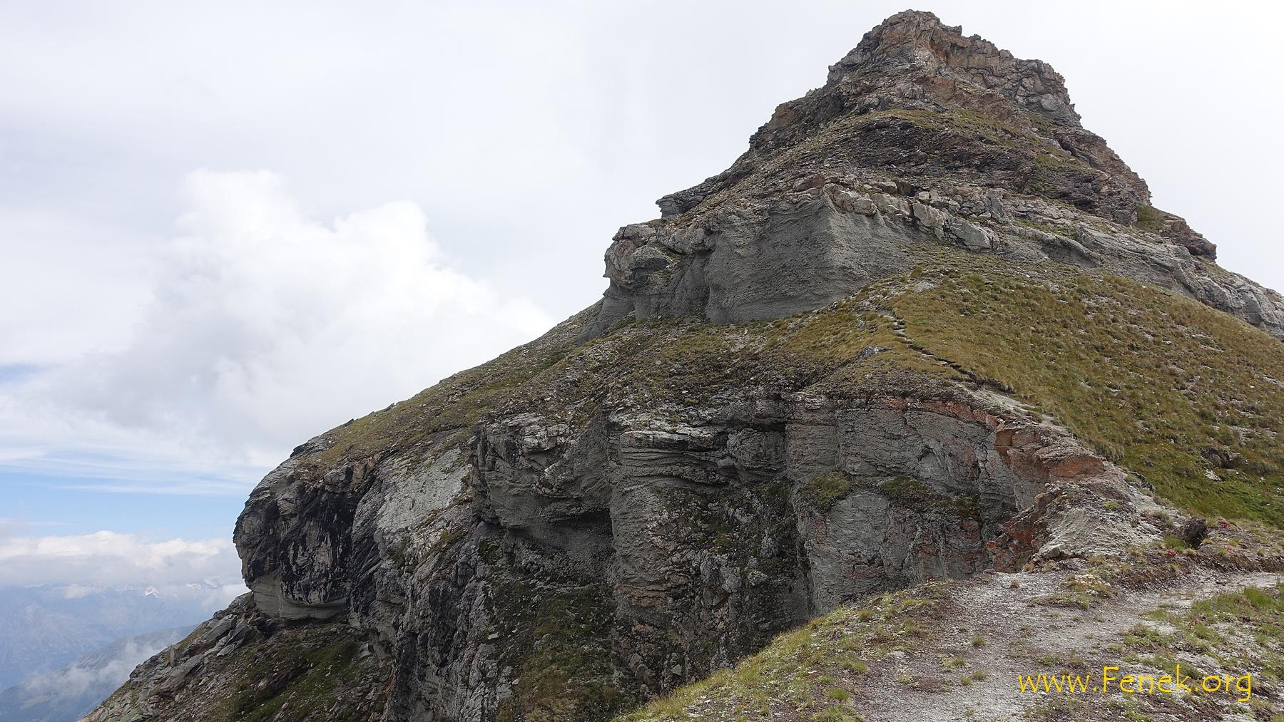 nach dem schmalen Teil geht es hoch zur Felswand und dann links