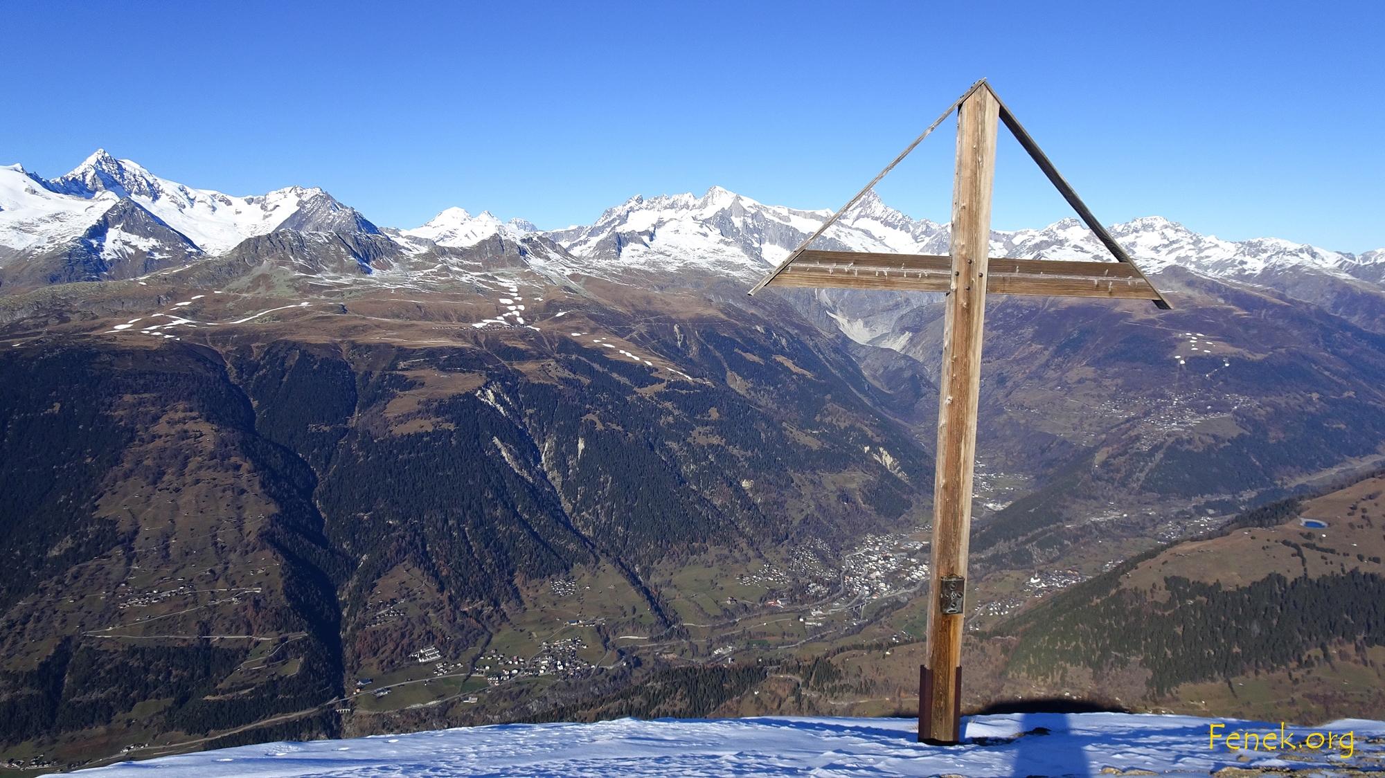 unterhalb des Gipfels ein Kreuz mit Blick ins Goms