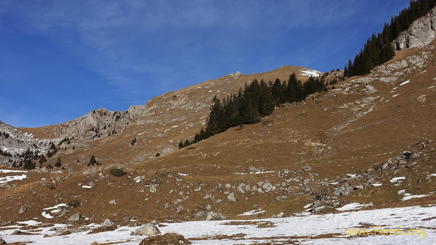 in der Bildmitte beim Felsen ist der Stierengrat Gipfel