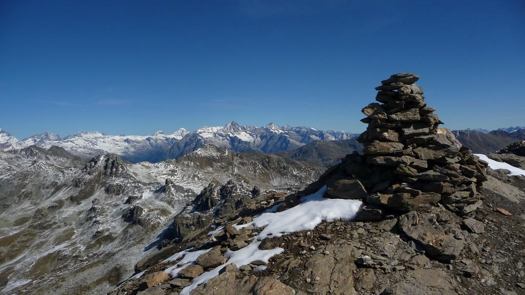 Gipfelsteinmann Le Tôuno und Berner Alpen