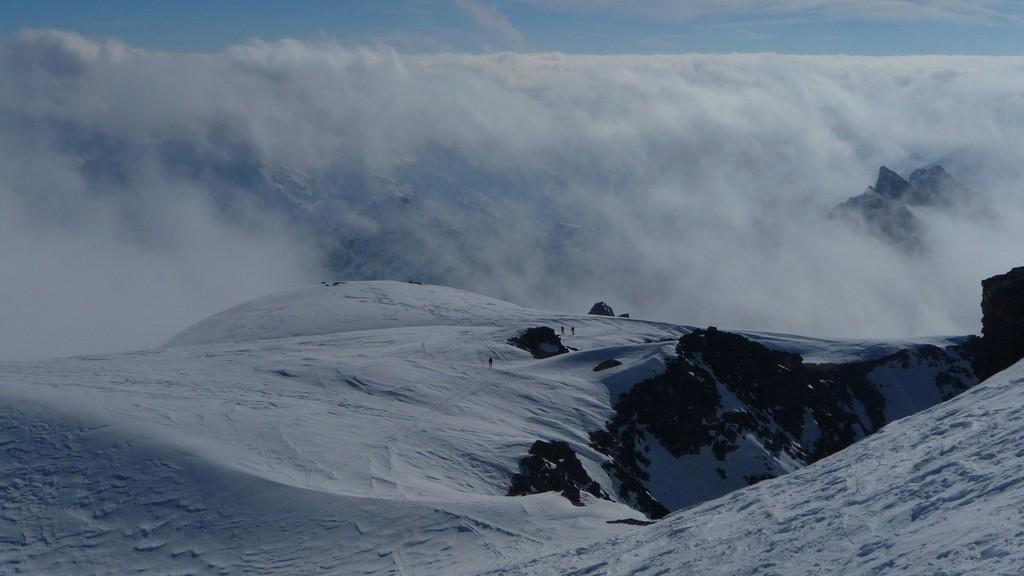 Weit- und Tiefblick vom Gipfel
