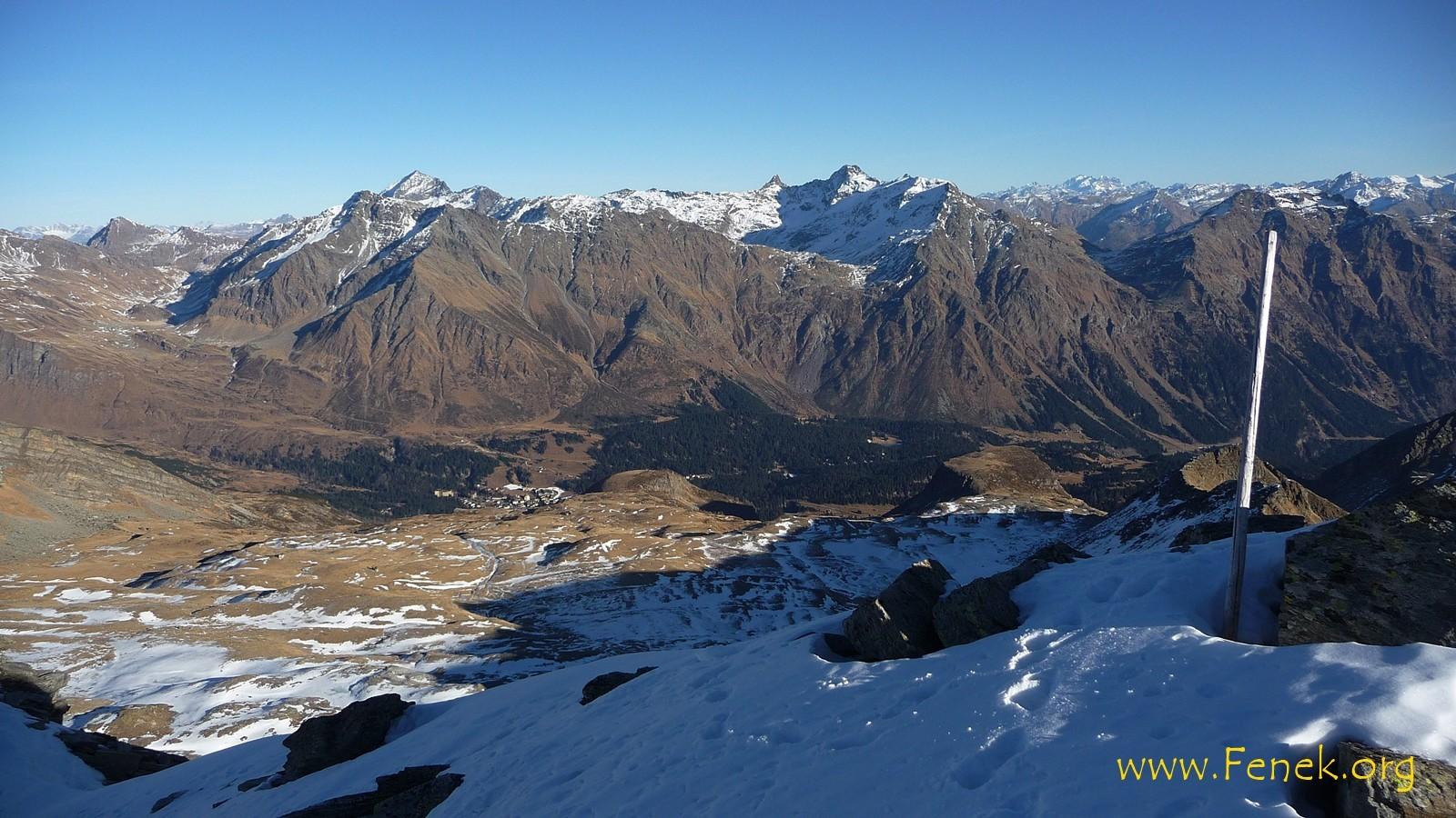 Blick in die Ebene Alp de Confin wo ich aufgestiegen bin. Tief unten San Bernardino