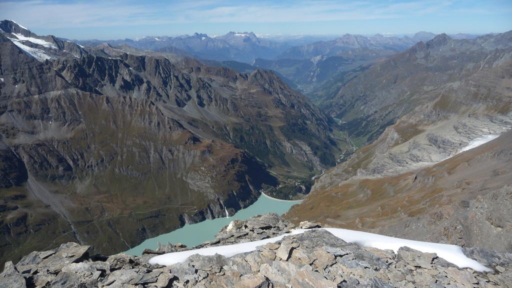 der Lac de Mauvoisin tief unten - in der Ferne Dents du Midi