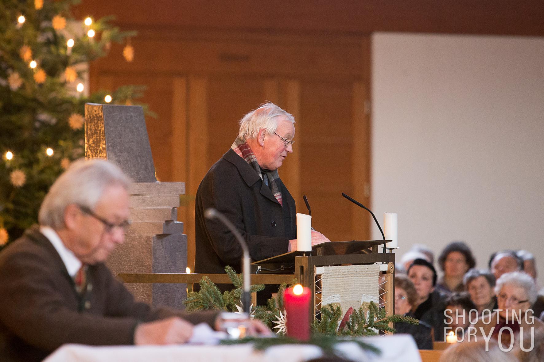 Der Hausherr Pfarrer Georg Egger begrüßt das Publikum