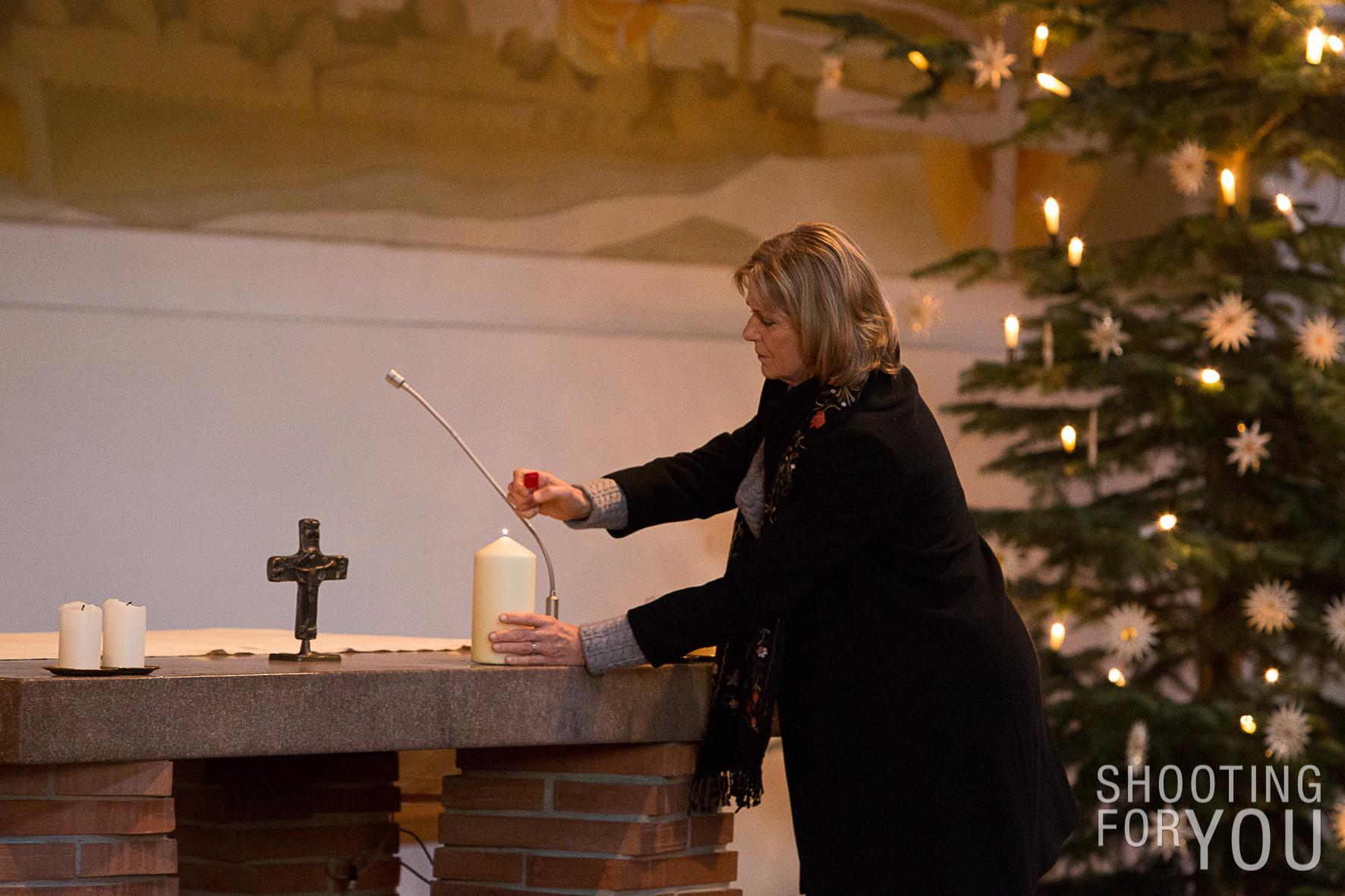 Eine Kerze wird für alle Sterbenden und Trauernden angezündet