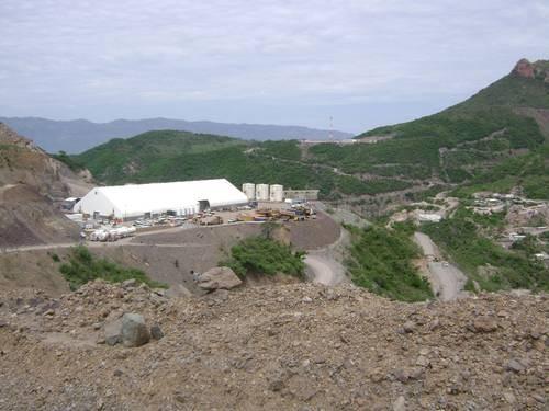 El complejo minero de Palmarejo, Chihuahua. Los pobladores se quejan de daños en sus viviendas y contaminación con cianuro. Foto: Miroslava Breach V.
