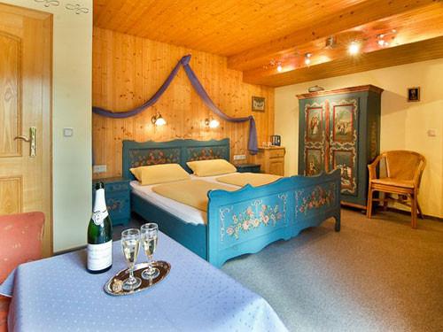 Schlafen im ländlich romantischen Doppelbett