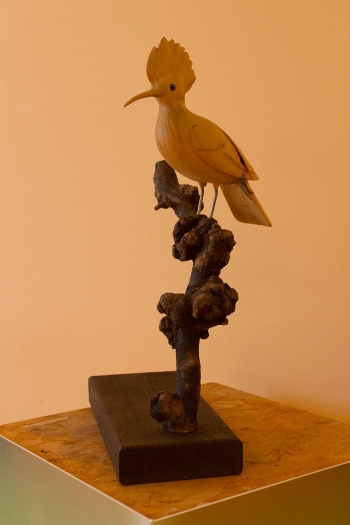 oiseau en bois sculpté:Huppe fasciée en tilleul sur branche de Pommier