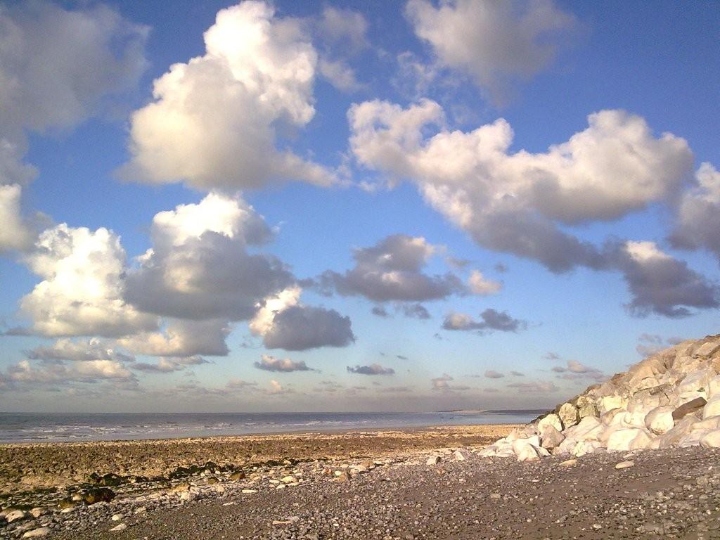 Baie de somme hivernale: plage d'Ault vue depuis le bas des falaises