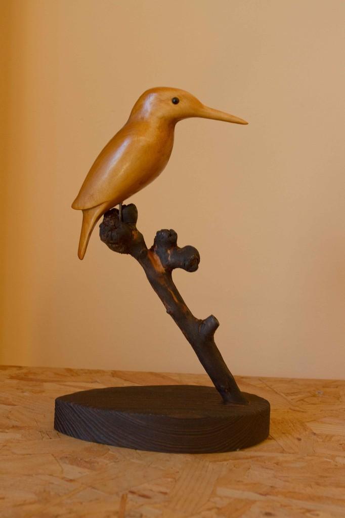 oiseau en bois sculpté: Martin pecheur en Tilleul sur branche de Pommier