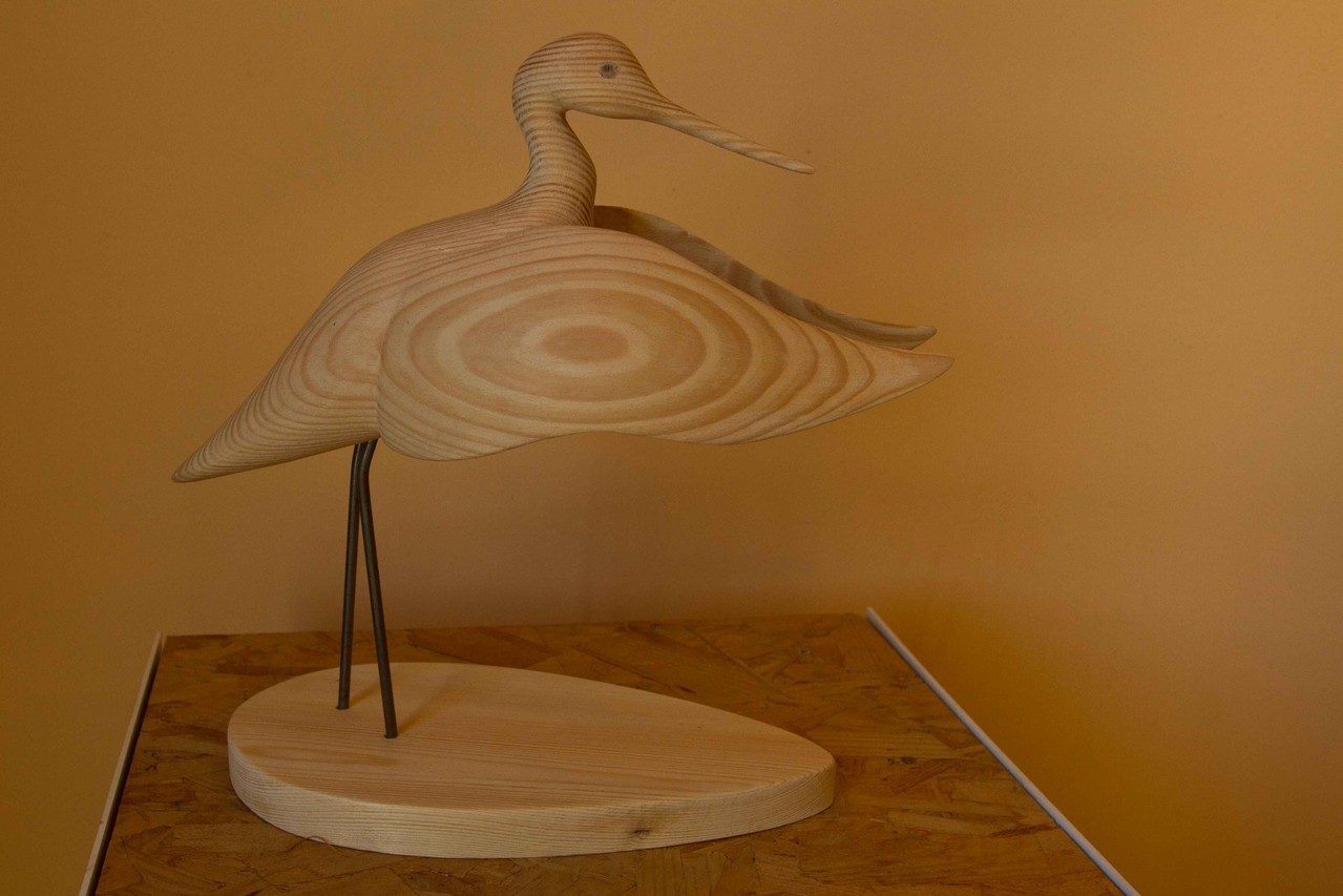 oiseau en bois sculpté: Chevalier aboyeur ailes déployées vers l'avant