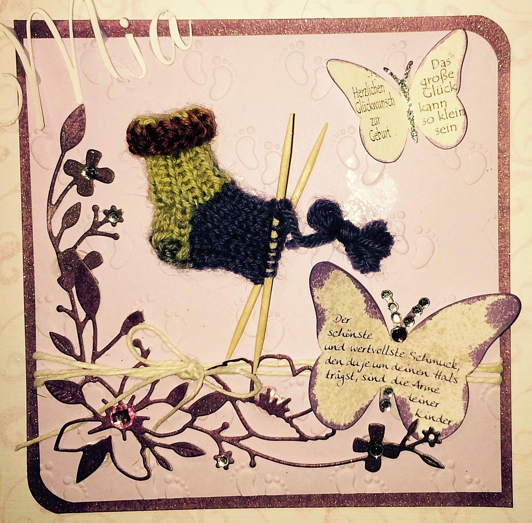 Karte zur Geburt eines Mädchens mit handgestrickter kleiner Socke