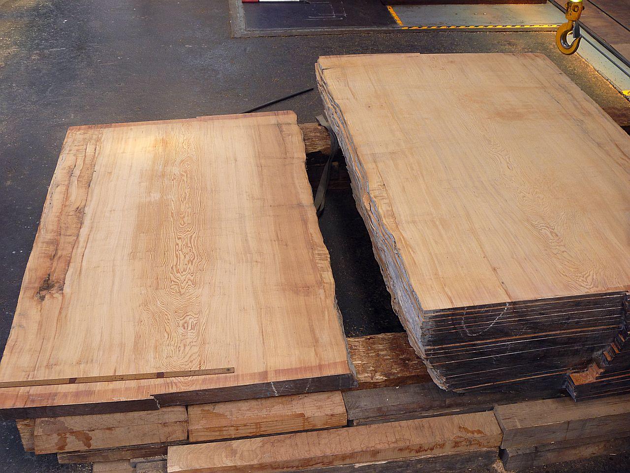 半割後、帯ノコ盤で製材した屋久杉材(腰板18mm)です