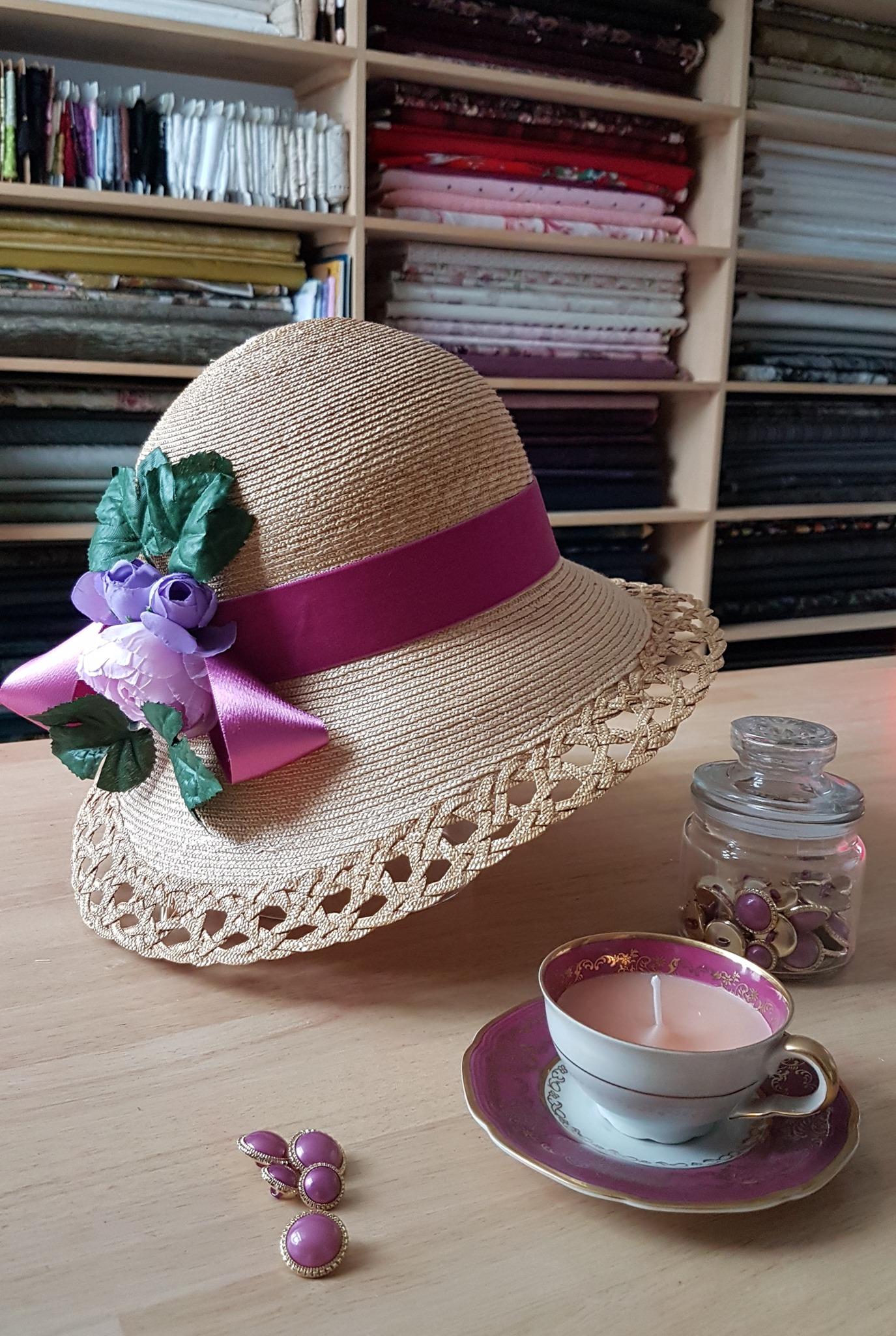 Chapeau de pailles, ruban en velours, fleurs artificielles