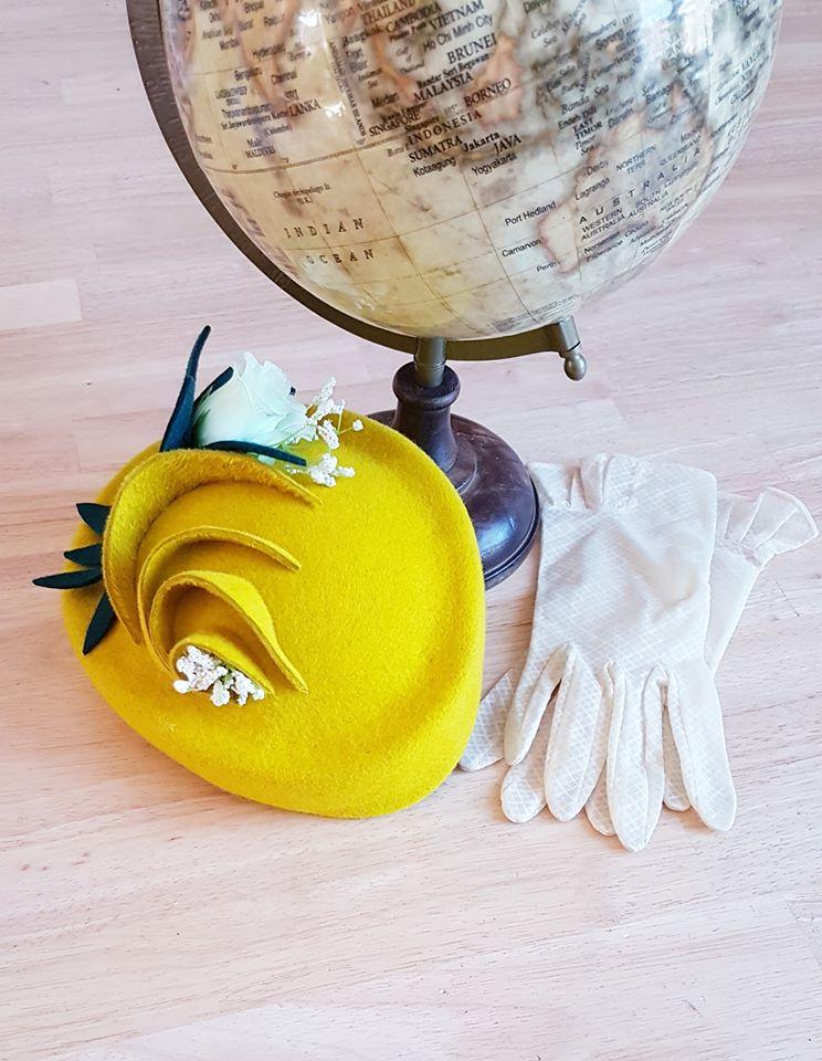 """Chapeau """"Printemps en fleurs"""" - Feutre jaune moulé, feutre vert et fleurs artificielles"""