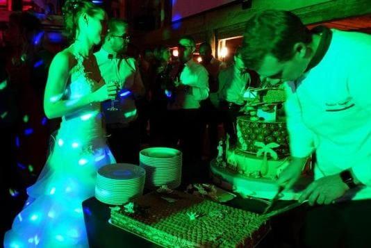 Gâteau des mariés présentation au buffet découpe par le chef