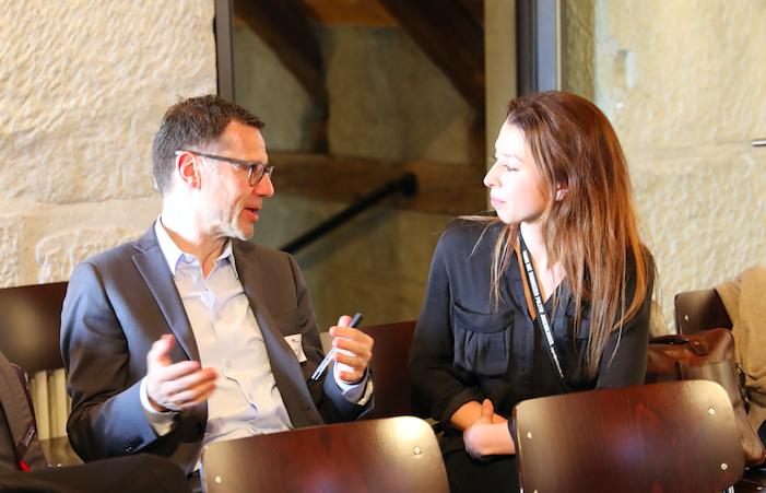 Besprechen die Ergebnisse der Universität Bern: der Informationsbeauftragte der Bundeskanzlei, Beat Furrer, und die Bereichsleiterin easyvote, Zoë Maire