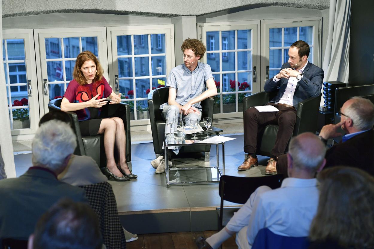 Debatte: Kampfplatz der Aufmerksamkeit. Brauchen wir eine Genfer Konvention für den digitalen Raum?